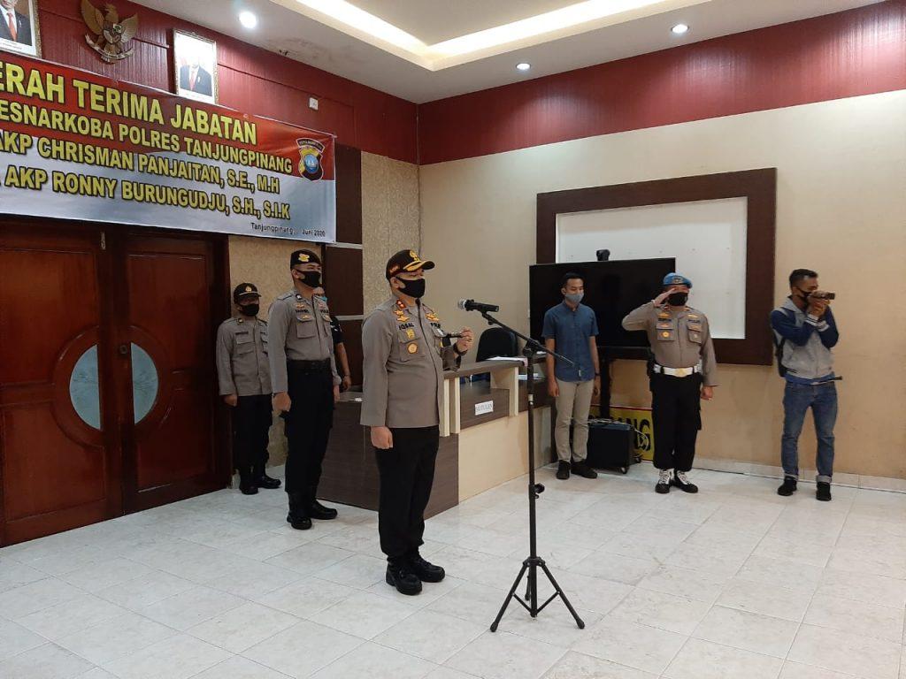 Kapolres Tanjungpinang saat memimpin mutasi jabatan Kasat Narkoba Polres Tanjungpinang sebagai rangkaian mutasi serentak di jajaran Polda Kepri.
